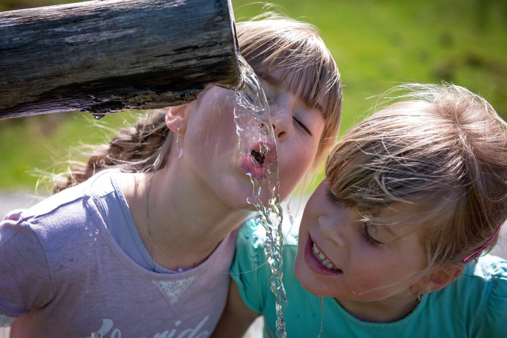 Nens i nenes bevent aigua osmotitzada